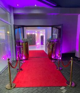 ALMAS Event Center - Eingangsbereich mit rotem Teppich